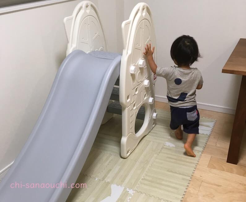 YaYaの室内すべり台で遊ぶ1歳児