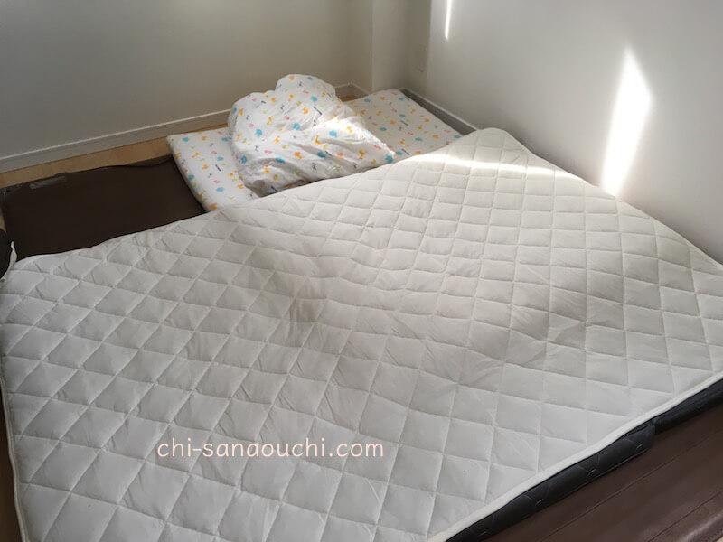 5.5畳の寝室に布団を敷く画像