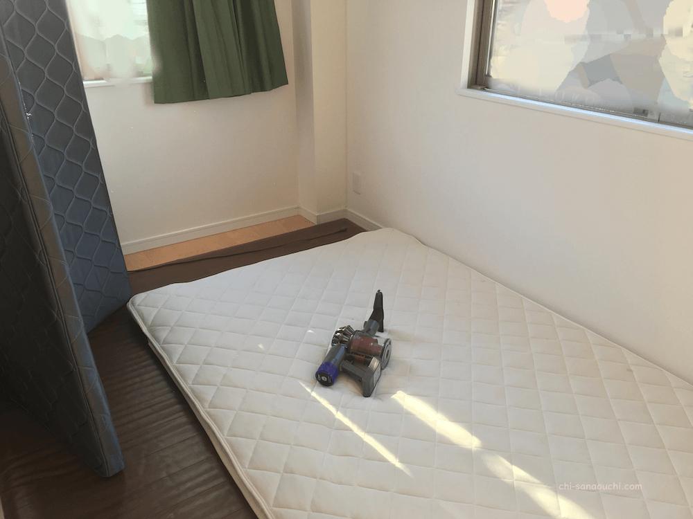 狭小住宅の5.5畳の寝室にダブル布団を置く