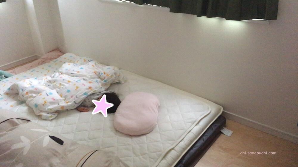 狭小住宅の5.5畳の主寝室にダブル布団を置いて子どもと寝る